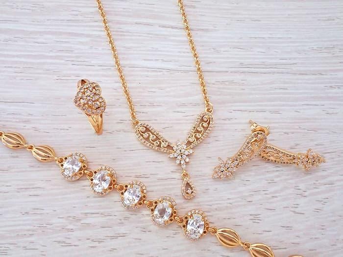 Toko Perhiasan Satu Set Penunjang Penampilan Cantik dan Mewah